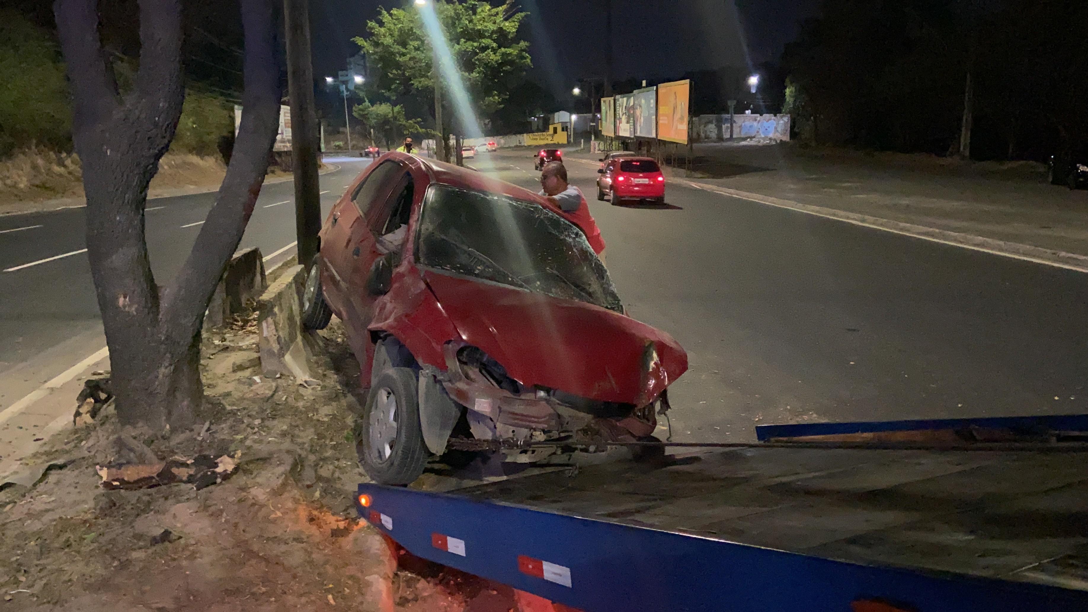 Homem fica ferido após colidir carro contra árvore em canteiro central de Avenida em Manaus