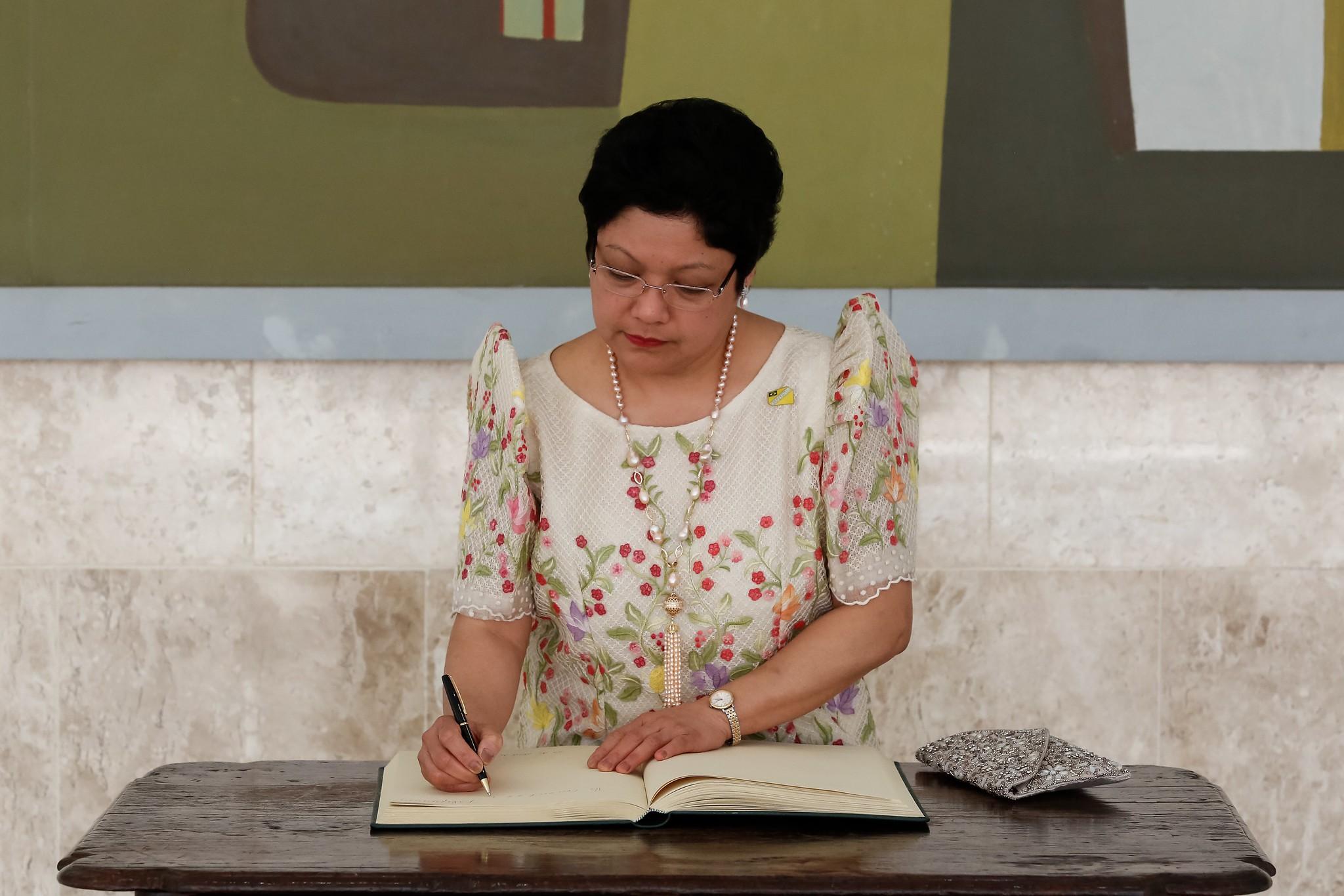 Bolsonaro revoga homenagem a embaixadora das Filipinas que agrediu empregada doméstica