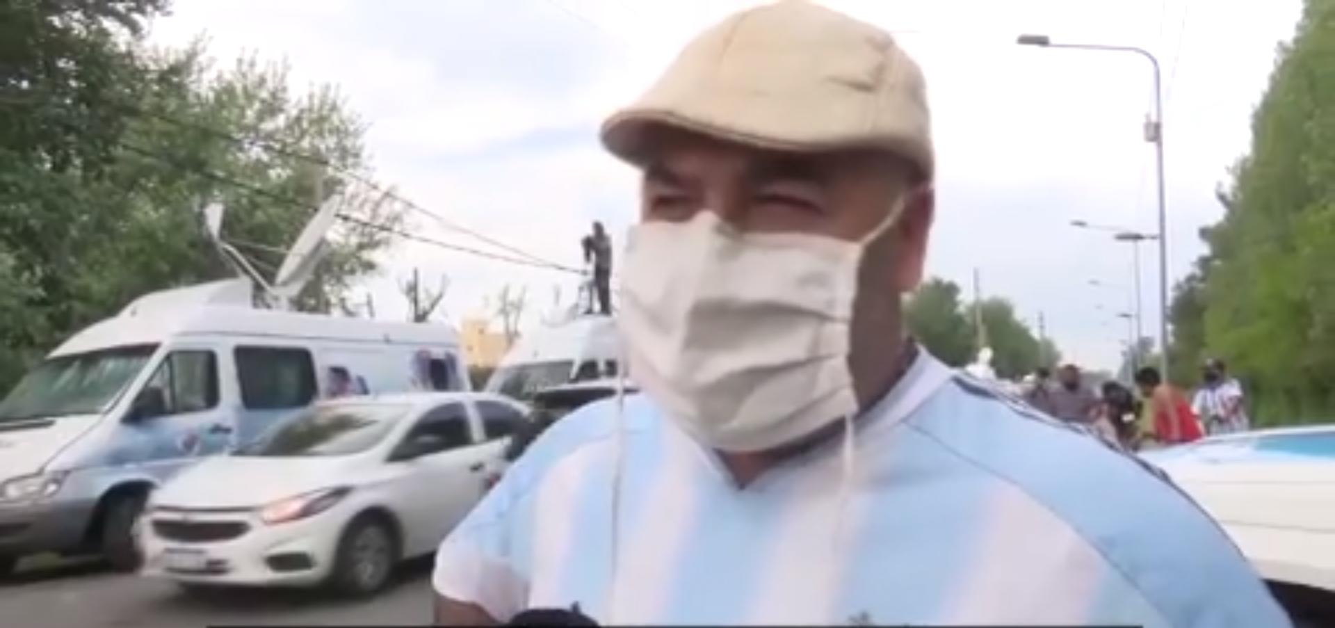Torcedores argentinos em frente a casa de Maradona: