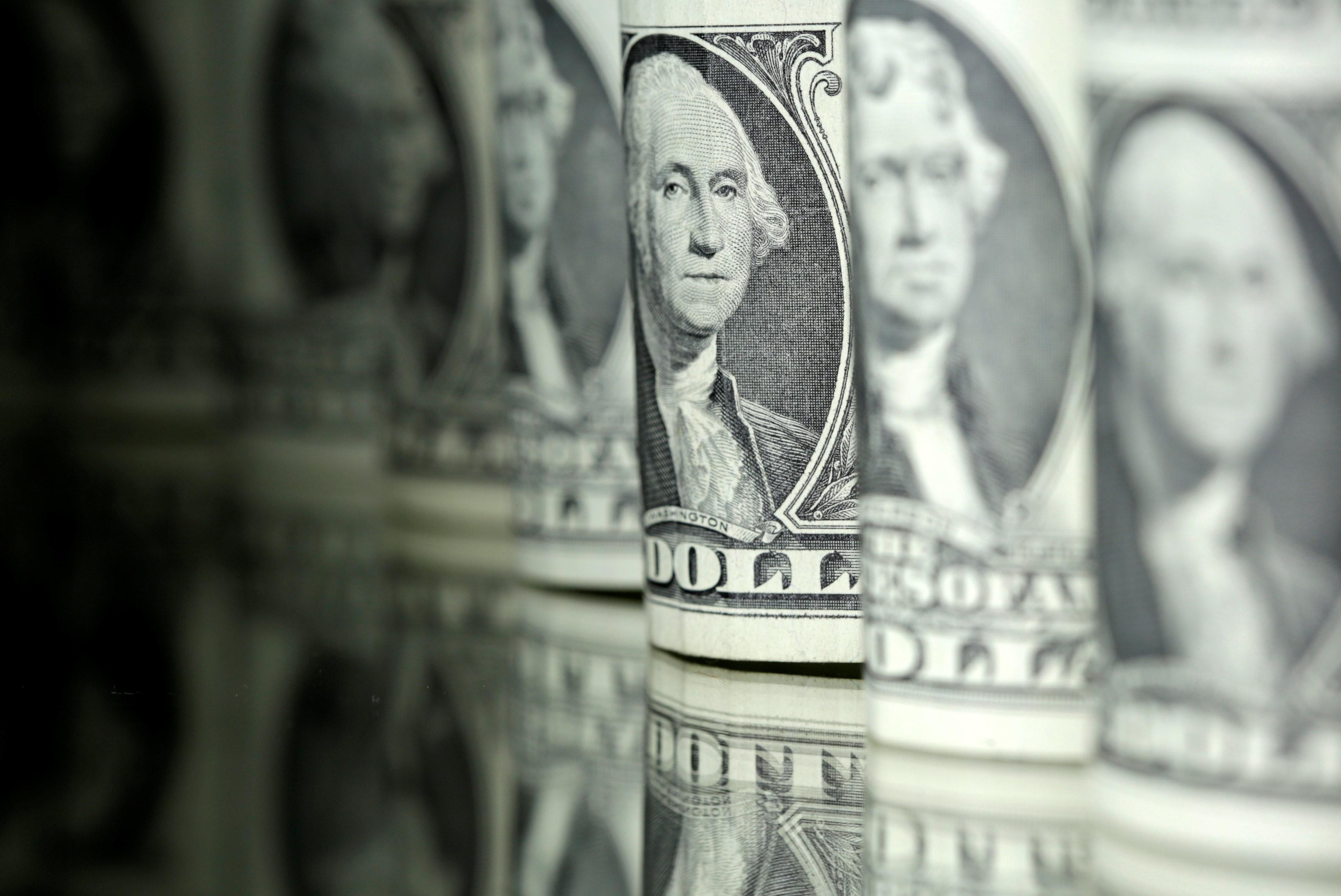 Dólar opera em alta nesta sexta