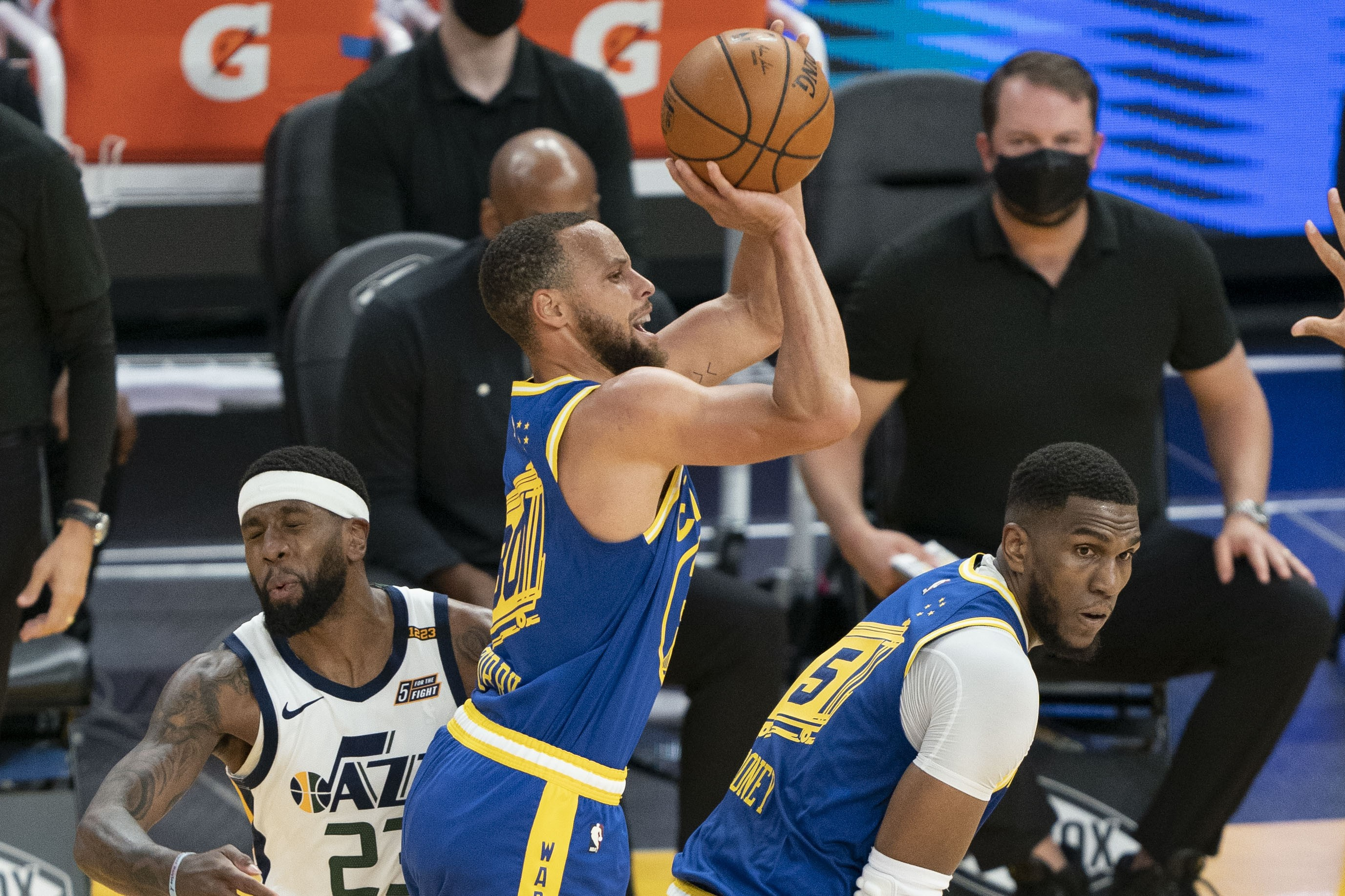 Na raça e na eficiência, Warriors seguram reação do Jazz e nocauteiam o líder do Oeste