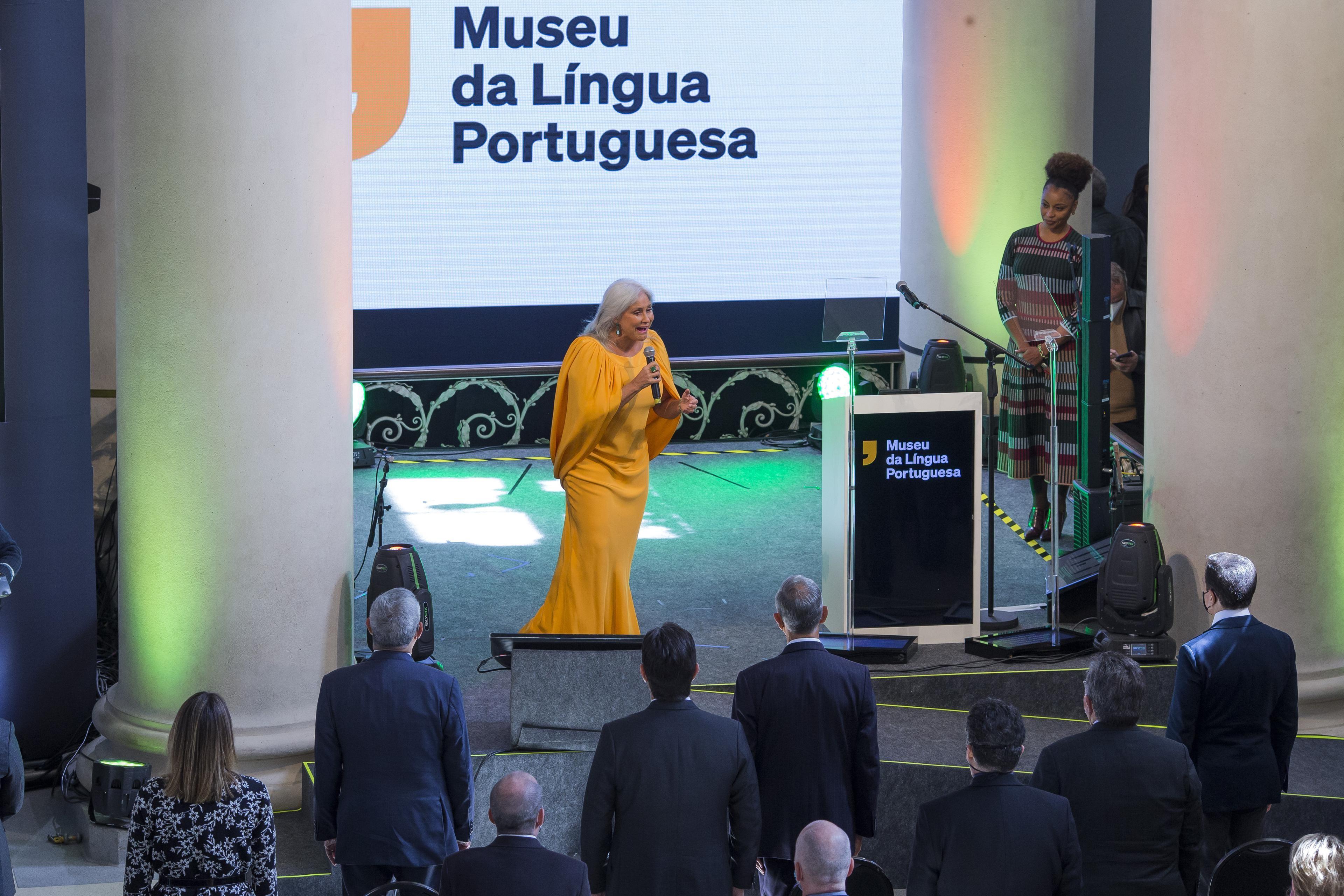 Museu da Língua Portuguesa é inaugurado com Fafá de Belém declamando Fernando Pessoa